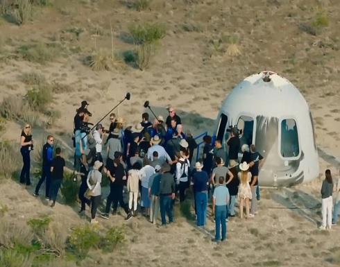 الملياردير جيف بيزوس يعود إلى الأرض بعد رحلة قصيرة إلى الفضاء .. بالفيديو
