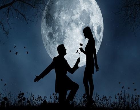فوق سطح القمر.. عرض الزواج الأكثر جنوناً في العالم!