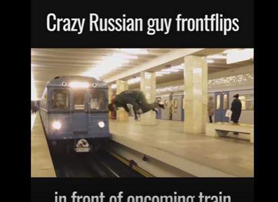 بالفيديو.. مغامر يخاطر بحياته بالقفز أمام مترو متحرك
