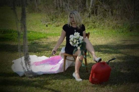 صور|امرأة تحتفل بطلاقها على طريقتها الخاصة