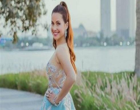 ريا أبي راشد تتألق بفستان فوشيا في جلسة تصوير بـ روما .. شاهد