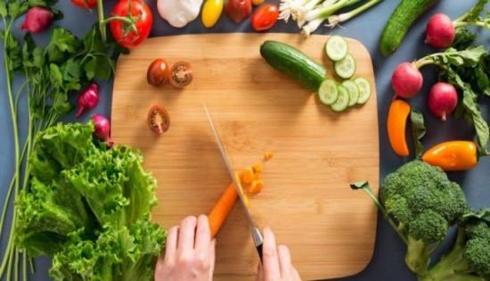 هذه فوائد تقطيع الخضراوات والفواكه قبل تناولها.. اكتشفوها!