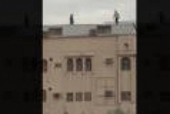 شاهد..فيديو يحبس الأنفاس..اعتلى سطح بناية كي ينتحر ولكن...!
