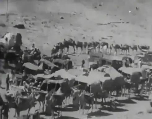 شاهد: فيديو نادر للحجاج في وقفة عرفات وهم يستقلون الأحصنة والجمال.. والكشف عن تاريخه!