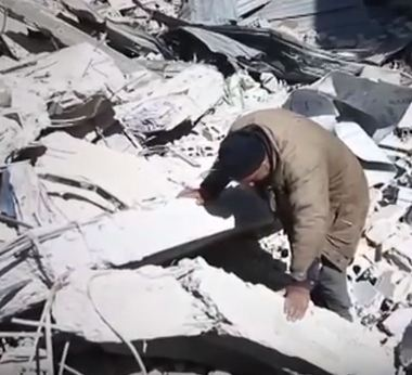 شاهد ...أب يبحث عن جثة ابنه بين أنقاض الغوطة الشرقية
