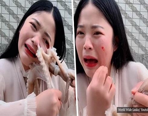 كادت تأكله حيا .. فتاة صينية تتعرض للهجوم من قبل أخطبوط .. بالفيديو