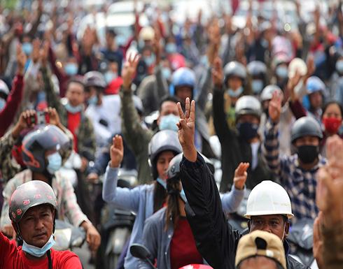 الالاف يحتجون على الانقلاب بأكبر مظاهرات منذ ثورة الزعفران في ميانمار .. بالفيديو