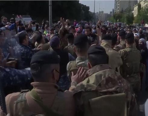 شاهد : احتجاج أمام المحكمة العسكرية في بيروت ومواجهات بين محتجين والشرطة