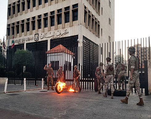 لبنان يشرع بملاحقة مروجي أخبار انهيار العملة المحلية