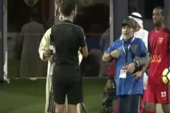 إيقاف مارادونا 4 مباريات وتغريمه 8 آلاف درهم لمحاولته الاعتداء على حكم في الإمارات