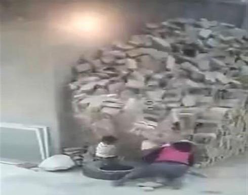 انهيار أكوام من الطوب على طفلين أمام والدتهم