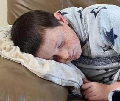 طفل ينام لأسابيع بسبب حالة نادرة.. ما قصته؟