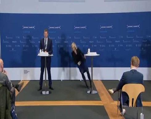 """شاهد : إغماء وسقوط مروع لمسؤولة دنماركية خلال الإعلان عن إيقاف استخدام """"أسترازينيكا"""""""