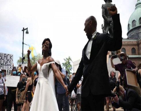 تمازج مشاعر الفرح بالاحتجاج في تظاهرات أمريكا باحتفال عروسين بزفافهما بين المتظاهرين .. بالفيديو