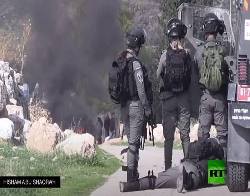 شاهد : فرحة جنود إسرائيليين بعد إطلاق قناص الرصاص باتجاه فتى فلسطيني
