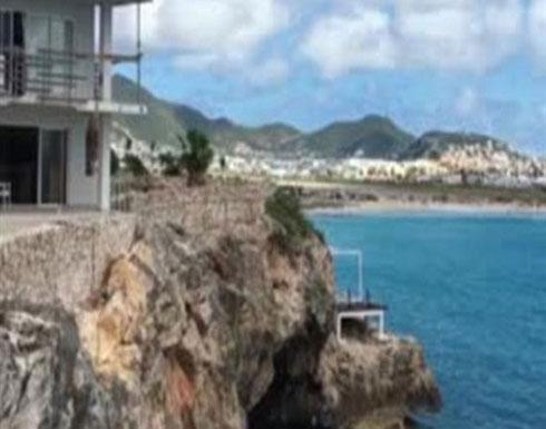 «مجنون» يقفز من سطح فندق في المياه.. فيديو وصور