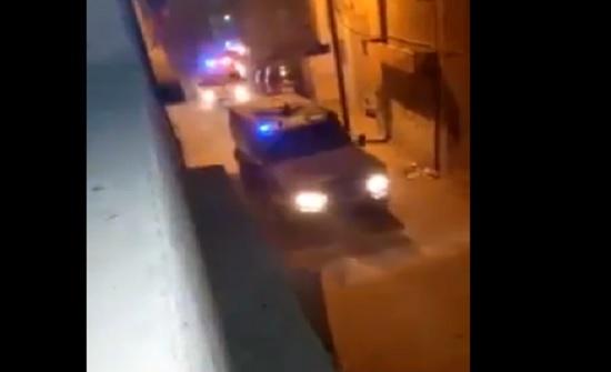 بالفيديو : شاهد مداهمة امنية في مخيم حطين