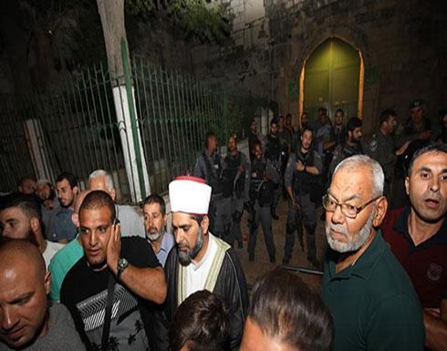"""فلسطينيون يصلون المغرب أمام بوابات """"الأقصى"""" بعد إغلاقه"""