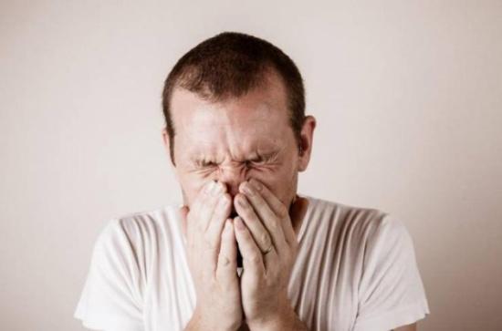 ماذا يحدث إذا فتحت عينيك أثناء العطس؟