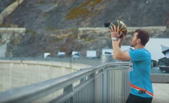 فيديو| يدخل غينيس بأبعد رمية سلة على الإطلاق!