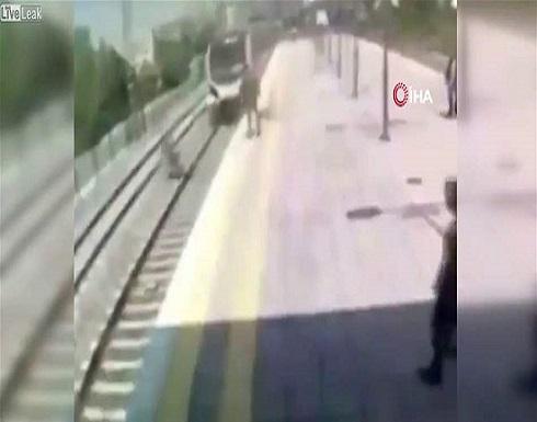 قبل ثانية واحدة.. أنقذها من الانتحار تحت عجلات القطار