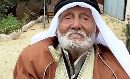 معمر يمني يجدد شبابه بـ40 كلغ عسل سنويا