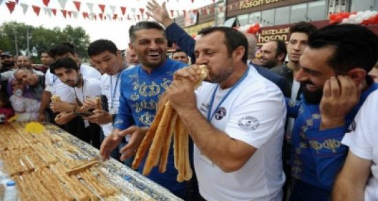 تركي يأكل معجنات بطول 10 أمتار