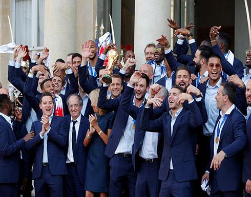 منتخب فرنسا وماكرون يرقصون على سلالم الإليزية احتفالا بالتتويج بـكأس العالم