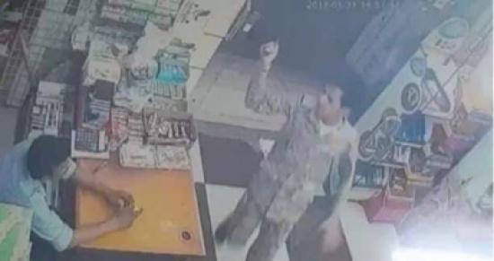 شخص بزي عسكري يسطو على محل ويهدد بقتل البائع
