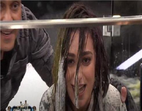 بالفيديو: أمينة خليل بعد سقوطها في المياه لرامز جلال : أنت هديت كل اللي بنيته