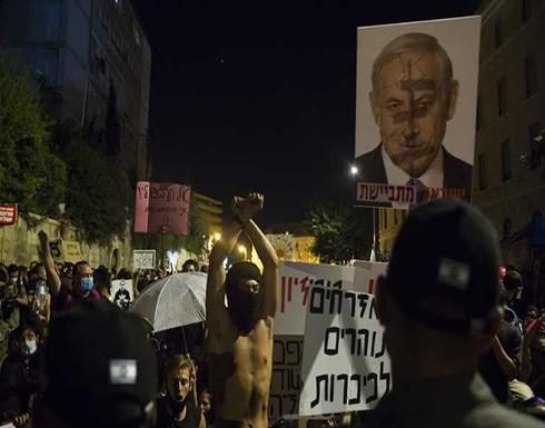 شاهد : متظاهرون إسرائيليون ضد نتنياهو يدوسون علم الاحتلال