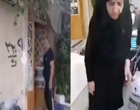 بعدما طرد أمه من منزله... رواد الإنترنت العرب يجبرونه على الاعتذار منها