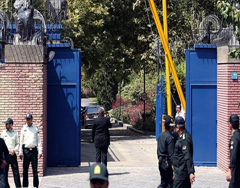 سفير بريطانيا يوضح حقيقة استدعائه إلى الخارجية الإيرانية