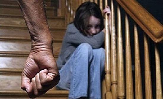 يمنعها عن الطعام صباحًا ويحرق جسدها مساء.. أب ينتقم من زوجته بتعذيب ابنته