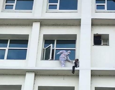 بالفيديو : مصاب بكورونا يحاول إلقاء نفسه من طابق عالي بإحدى المستشفيات في الهند