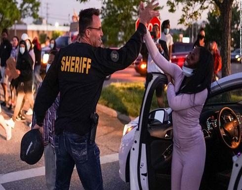 شرطي أمريكي يخلع معدات مكافحة الشغب وينضم لمتظاهري جورج فلويد .. شاهد