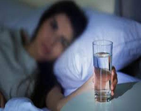 إحذروا... إياكم أن تضعوا كوب ماء بالقرب من سريركم خلال النوم!