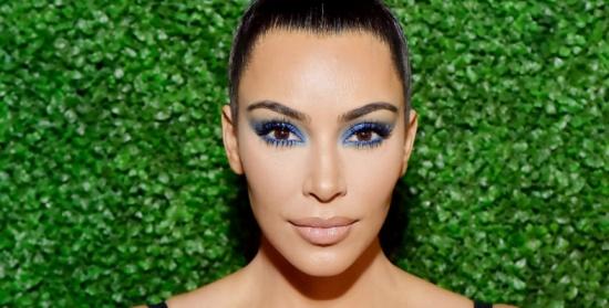 كيم كارداشيان تُعيد موضة ظلال العين الزرقاء إلى الواجهة من جديد