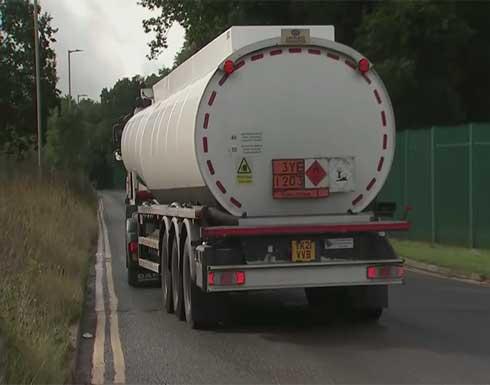 شاهد : الجيش البريطاني يوظف عسكرييه كسائقي شاحنات الوقود