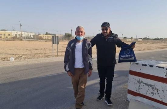 """عناق حار لأسير فلسطيني بعد 35 عاما في سجون """" الاسرائيلية"""" (شاهد)"""
