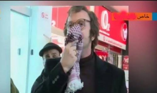 بالفيديو : ممثل إسرائيلي يسخر من الكوفية الفلسطينية في مدينة رام الله