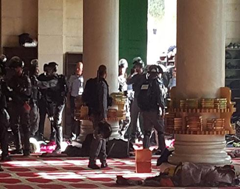 شاهد : الجيش الاسرائيلي يقتحم المسجد  الأقصى واعتداء على المعتكفين