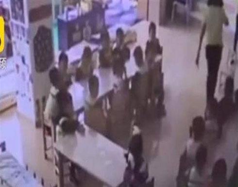 فيديو صادم: معلمة تعتدي على الأطفال بالضرب داخل حضانة