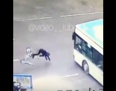 العناية الإلهية تنقذ شابا من الدهس تحت عجلات حافلة (فيديو)