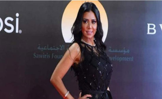 """صورة: رانيا يوسف ترتدي """"هوت شورت""""وتثير الجدل مجددًا"""
