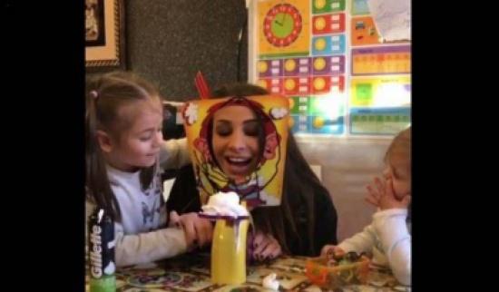 فيديو- انابيلا هلال تلهو مع اولادها