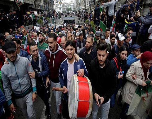 الاحتجاجات تعيد مهاجرين جزائريين إلى بلادهم
