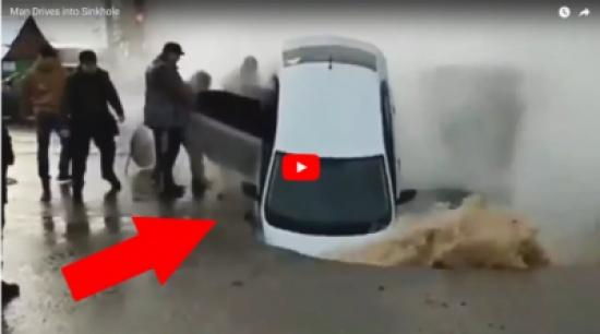 بالفيديو.. لحظة سقوط سيارة في حفرة كبيرة تخرج منها المياه