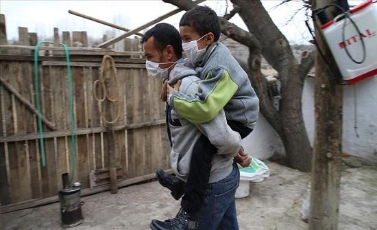 أب تركي يحمل ابنه من ذوي الإعاقة على ظهره يوميًا ويوصله إلى المدرسة