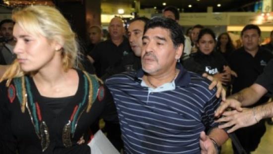 """الشرطة تتدخل لفض شجار عنيف بين مارادونا وصديقته في فندق بمدريد  """"شاهد"""""""